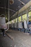 Asientos en el pasillo del coche de carretilla abandonado Fotografía de archivo