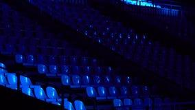 Asientos en la sala de conciertos en la oscuridad almacen de metraje de vídeo