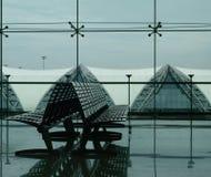 Asientos en una terminal de aeropuerto Imágenes de archivo libres de regalías