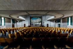 Asientos históricos del teatro que miran a la etapa - teatro abandonado Imagen de archivo libre de regalías