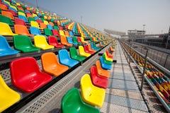 Asientos para los espectadores para los coches de competición. Fotos de archivo libres de regalías