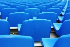 Asientos plásticos azules vacíos del estadio Fotografía de archivo