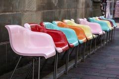 Asientos plásticos coloreados que ponen en contraste en el área peatonal de Paderborn fotografía de archivo libre de regalías