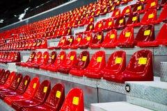 Asientos plásticos en el estadio Foto de archivo