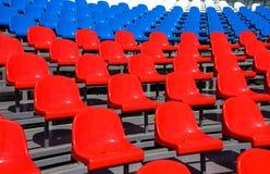 Asientos plásticos en estadio en verano Fotos de archivo libres de regalías