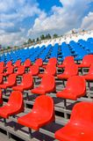 Asientos plásticos en estadio en verano Fotos de archivo