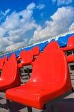 Asientos plásticos en estadio en verano Foto de archivo