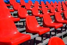 Asientos plásticos en estadio en verano Fotografía de archivo