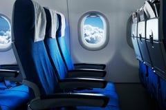 Asientos planos vacíos de aire Interior del aeroplano imagenes de archivo