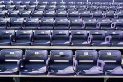 Asientos púrpuras del estadio con 5 asientos en Front Row Fotografía de archivo libre de regalías