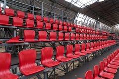 Asientos rojos brillantes del estadio Imagen de archivo