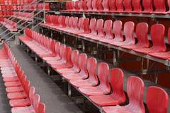 Asientos rojos brillantes del estadio Foto de archivo