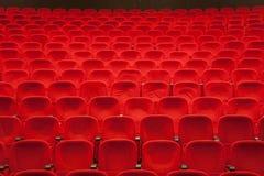 Asientos rojos del cine o del teatro Fotos de archivo