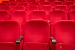 Asientos rojos del cine o del theatere Fotos de archivo libres de regalías