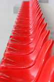 Asientos rojos del estadio Fotos de archivo