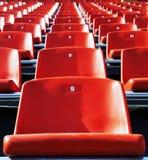 Asientos rojos del estadio Imagen de archivo