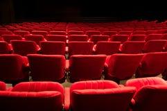 Asientos rojos del teatro imagenes de archivo