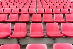 Asientos rojos en estadio de fútbol Fotografía de archivo