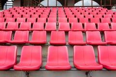 Asientos rojos en estadio de fútbol Fotos de archivo libres de regalías