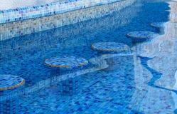 Asientos subacuáticos en una barra de la piscina Maya de Riviera, Cancun, México Imagen de archivo libre de regalías