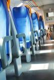 Asientos vacantes y tren Fotografía de archivo