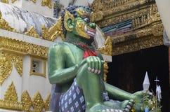 Asientos verdes gigantes como guarda en la pagoda de Shwedagon Imagen de archivo