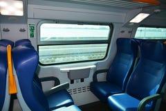 Asientos y ferrocarril del tren Imagen de archivo