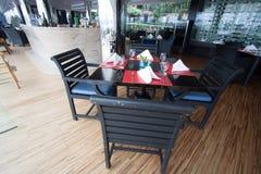 Asientos y tablas del restaurante cerca del río, interior del restaurante Foto de archivo
