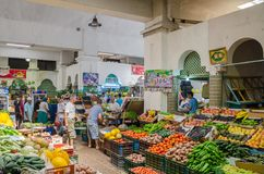 Asilah Marocko - Augusti 14 2013: Färgrik inomhus marknad med nya frukt och grönsaker och oidentifierat folk Royaltyfri Fotografi