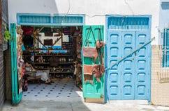 Asilah Marocko - Augusti 14 2013: Oidentifierat shoppa ägaren som sover i läderhantverk, shoppar Royaltyfri Foto