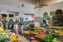 Asilah, Marokko - 14. August 2013: Bunte Markthalle mit frischem Obst und Gemüse und nicht identifizierte Leute Lizenzfreie Stockfotografie