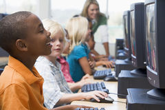 asilo dei calcolatori dei bambini che impara usare fotografia stock