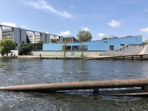 Asilo della costruzione blu tedesca di Bundestag, baldoria del fiume e la Camera dei rappresentanti di Paul-Löbe del Bundest ted fotografie stock