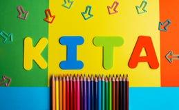 Asilo-Kindergartenbleistiftfarbpfeilhintergrund Stockbild