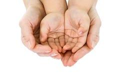 Asimiento de la mano de la mujer puñado de un niño Foto de archivo libre de regalías