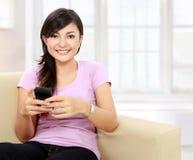 Asimiento del adolescente el handphone Imagen de archivo