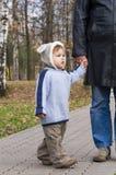 Asimiento del niño en la mano del padre Imágenes de archivo libres de regalías