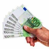 Asimiento euro de 100 billetes de banco por la mano masculina correcta. Imagen de archivo
