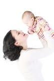 Asimientos de la momia en las manos del bebé. imagen de archivo