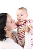 Asimientos de la momia en las manos del bebé. foto de archivo libre de regalías