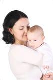 Asimientos de la momia en las manos del bebé. imagenes de archivo