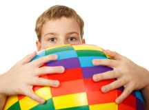 Asimientos del muchacho delante de se bola grande fotos de archivo libres de regalías