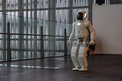 Asimo Honda robota spełniania przedstawienie w Miraikan muzeum narodowym Wyłaniać się naukę i innowację zdjęcie stock