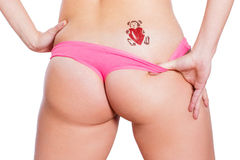 Asino sexy della donna in bikini con il tatuaggio di scintillio Fotografia Stock