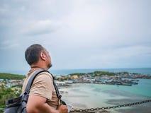 Asisn Backpacker Gruby stojak podczas gdy używa telefon komórkowego na górze Khao Ma Jor mola fotografia stock