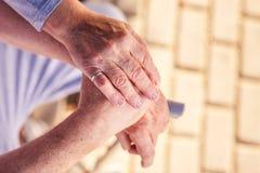 Asistencia médica: Comprensión y ayuda para una más vieja gente fotografía de archivo libre de regalías