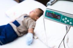 Asistencia médica para el paciente del niño Foto de archivo