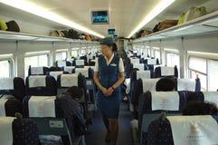 Asistente de sexo femenino en el tren, China Fotografía de archivo