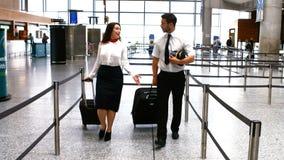 Asistente de vuelo experimental y de sexo femenino que camina con equipaje almacen de video