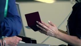 Asistente de vuelo que comprueba pasaportes y tarjetas de embarque en la puerta del terminal de aeropuerto metrajes